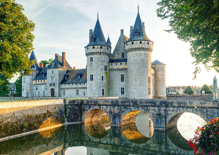 На фото: замок Сюлли-сюр-Луар во Франции