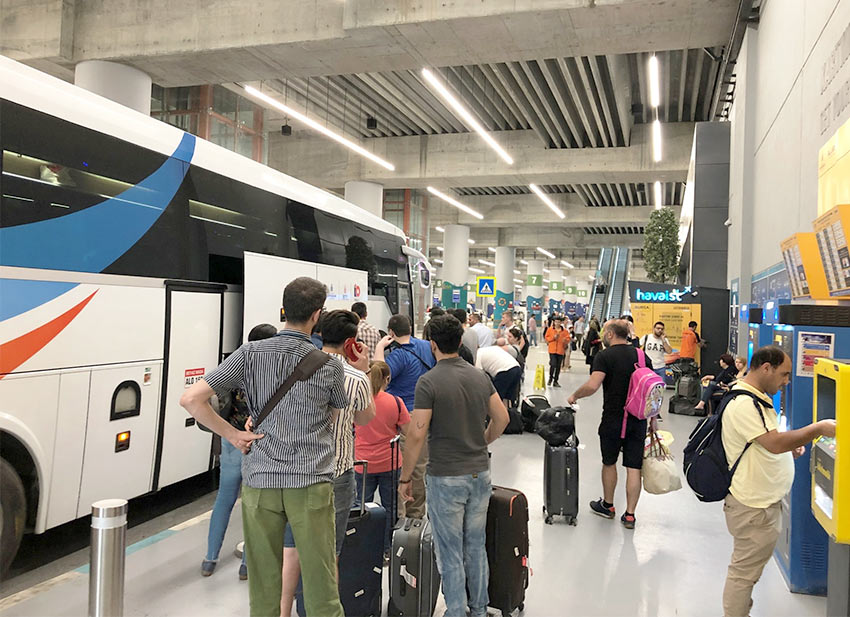 Туристы перед автобусом HavaIst, аэропорт Стамбула