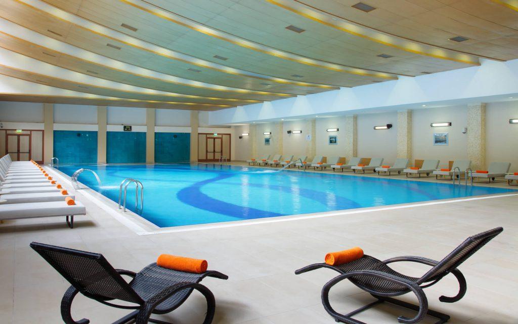 Крытый бассейн в отеле Марриотт Красная Поляна