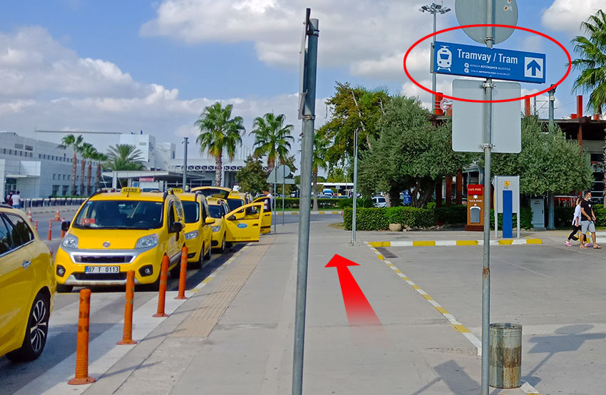 Указатели на трамвай. Аэропорт Анталии