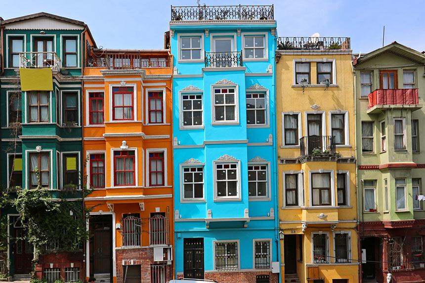 Старинные греческие цветные домики на улице Kiremit Caddesi в Стамбуле