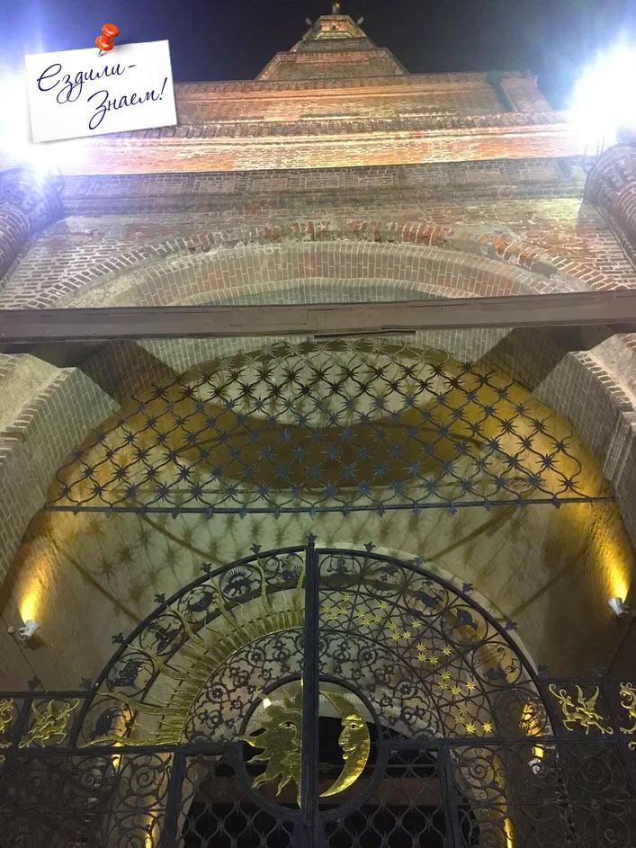 Кованные ворота башни Сююмбике в Казани