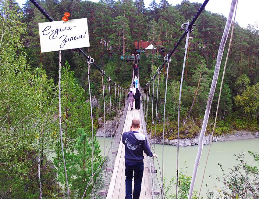 Туристы возвращаются по мостику с острова Патмос