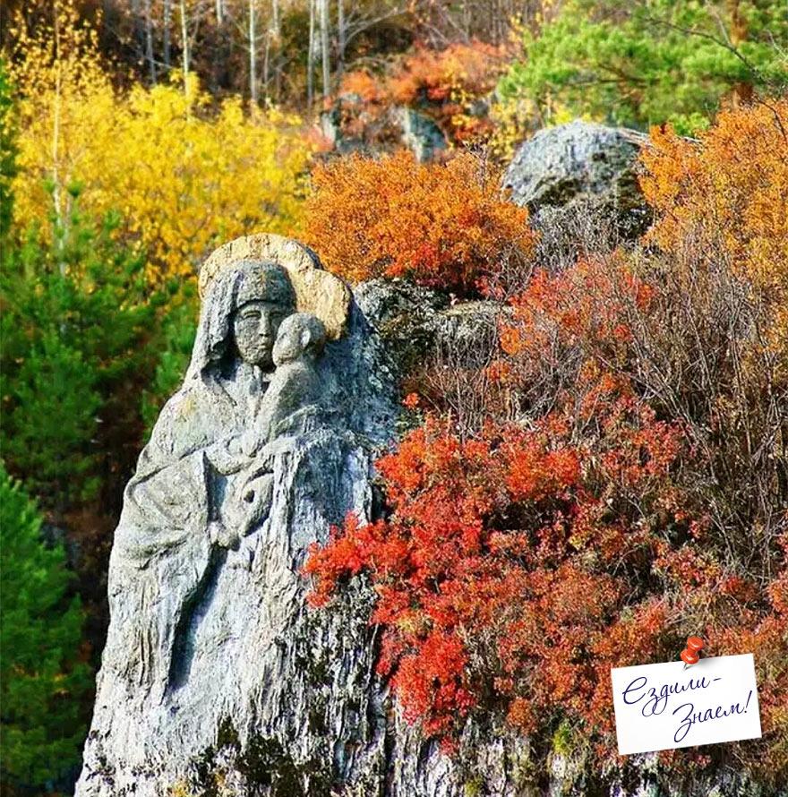 Скульптура Божьей Матери в скале на острове Патмос, Алтай