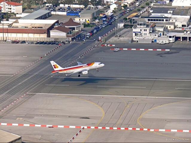Самолет взлетает с аэродрома Гибралтара