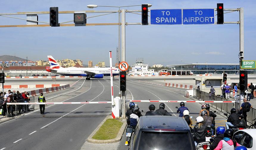 Вид с дороги на самолеты на взлетной полосе, Гибралтар