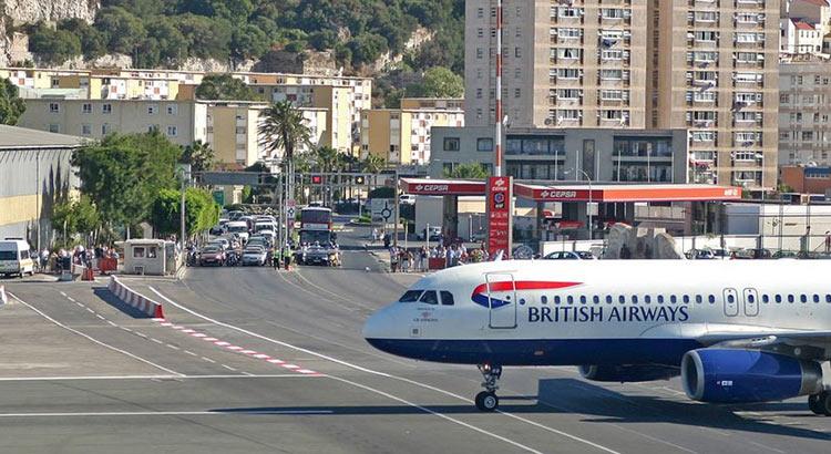 Гибралтара - взлетная полоса пересекает шоссе
