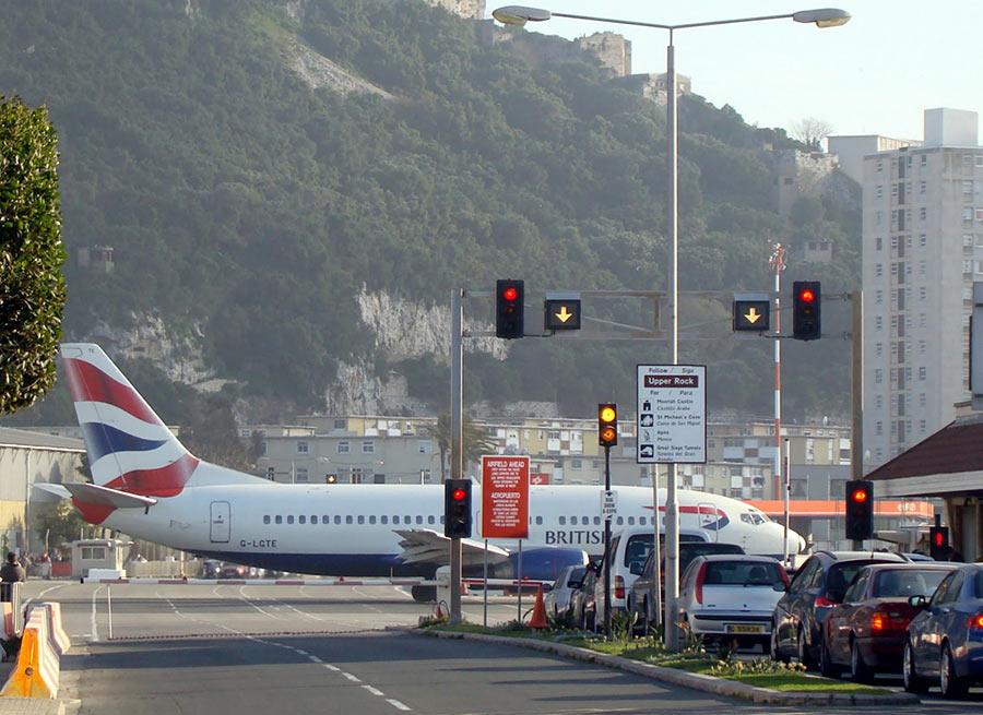 Автомобилисты ждут, когда проедут самолеты. Гибралтар