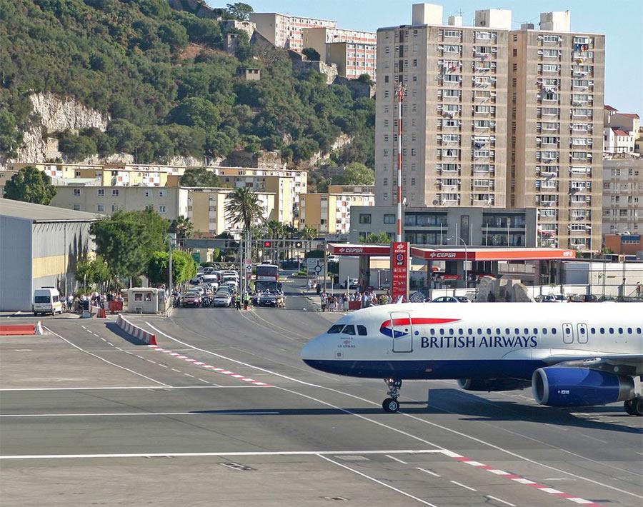 Шоссе перекрыто, взлетает самолет. Гибралтар