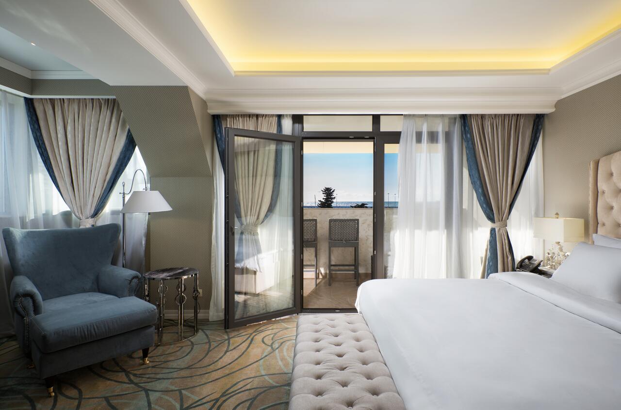 Номер с балконом в отеле Marina Yacht