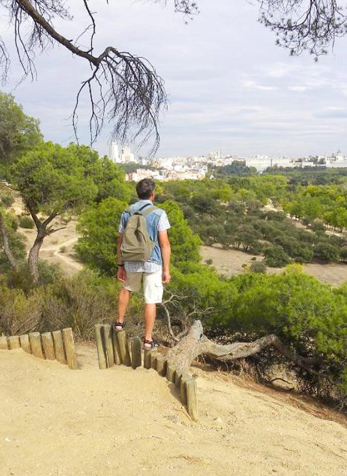 Турист в парке Каса де Кампо