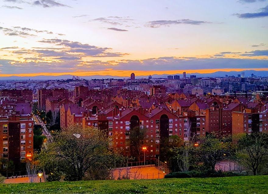 Вид на вечерний Мадрид из парка Нумансия