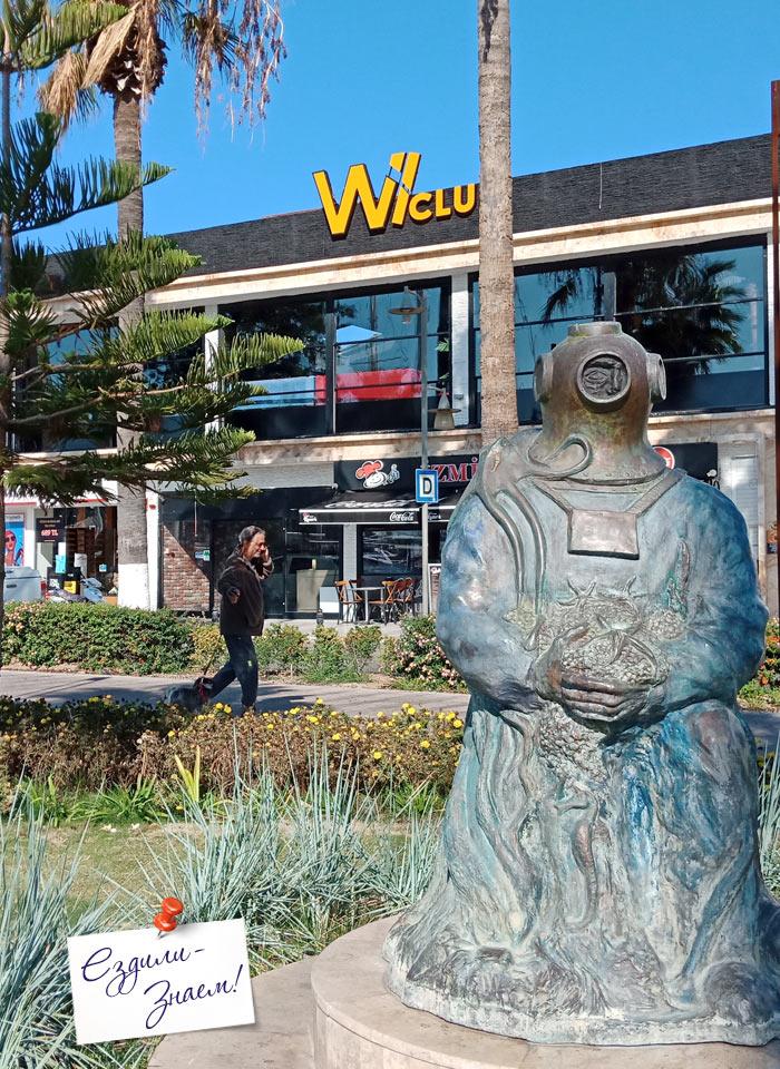 Забавная скульптура водолаза в Бодруме