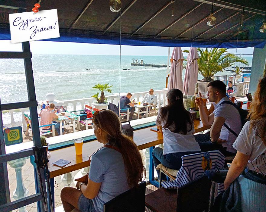 Хорошее и недорогое кафе с видом на море на набережной в Сочи