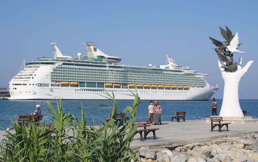 круизный корабль в порту Кушадасы